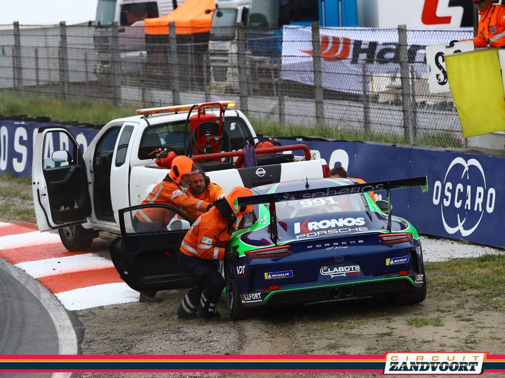 At Circuit Zandvoort, there is an important role for the volunteers of the Officials Club Automobielsport (OCA). This is a group of enthusiastic people who watch over safety during the various motorsport events. Get close to motorsport! 🏎 More info: http://www.oca-zandvoort.nl/