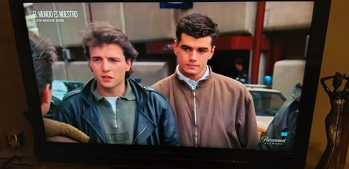 Ojo ahí a @DavidSummersHG y @Tonicanto1 en Suéltate el pelo (1988). Historia de nuestro cine, recordando (muy) viejos y (muy) buenos tiempos... 🎸