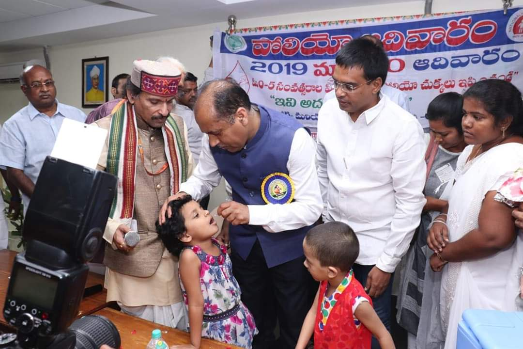 अपने तिरुपति प्रवास के दौरान हमने राष्ट्रीय संस्कृत विद्यापीठ तिरुपति में बच्चों को पल्स पोलियो ड्रॉप्स पिलायी। यह खुराक बच्चों के लिए महत्वपूर्ण है।  मैं अपने प्रदेशवासियों से भी आग्रह करता हूं कि आज बच्चों को पोलियो ड्रॉप्स अवश्य पिलाएं:CM #NationalImmunizationDay