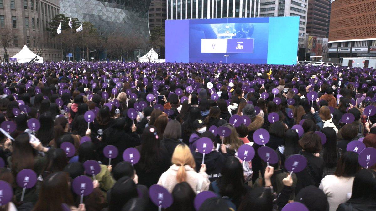 [#오늘의아미] RUN ARMY in ACTION! 서울시청광장에 모여주신 아미 여러분들 감사드립니다! 함께하여 더욱 즐거웠던 #ARMYing 💜  #달려라아미 #RUNARMY #아미피디아 #ARMYPEDIA