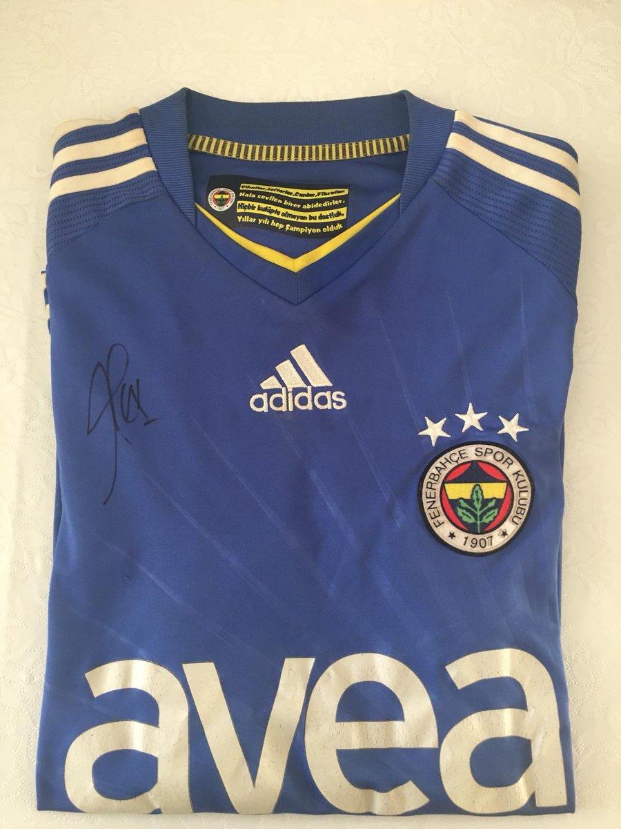 Bu tweeti retweet edip bizi takip eden 1 kişiye Alex de Souza imzalı Fenerbahçe forması hediye edeceğiz.