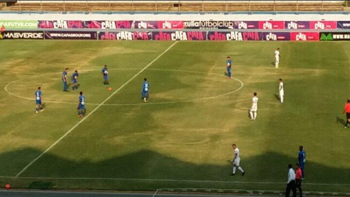 Imagen de los jugadores del Zulia y el Caracas estáticos en un partido de la Primera División de Venezuela (Foto: @HectorRojas23).