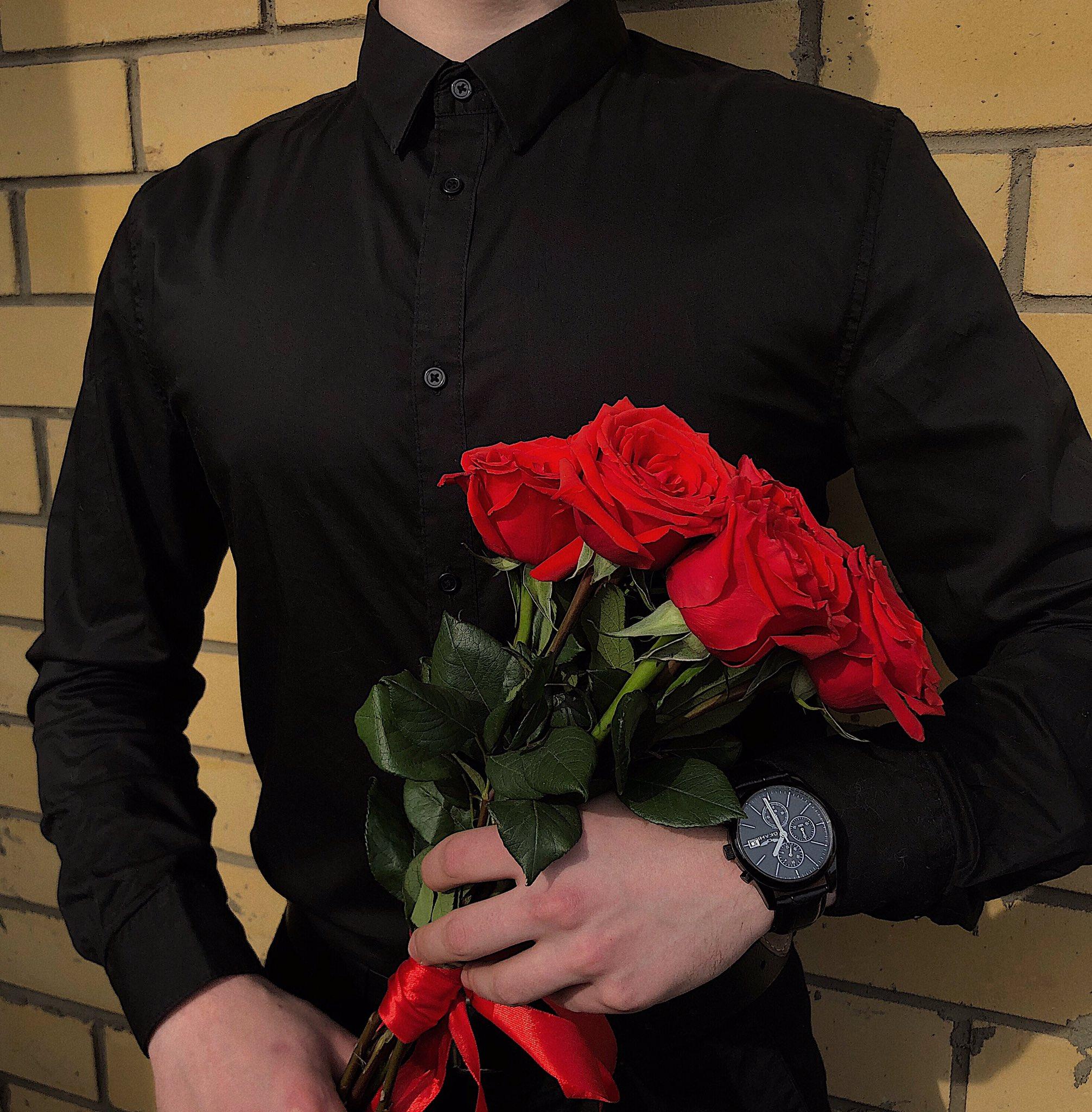 фото мужчина с букетом цветов в руках стали известны новые