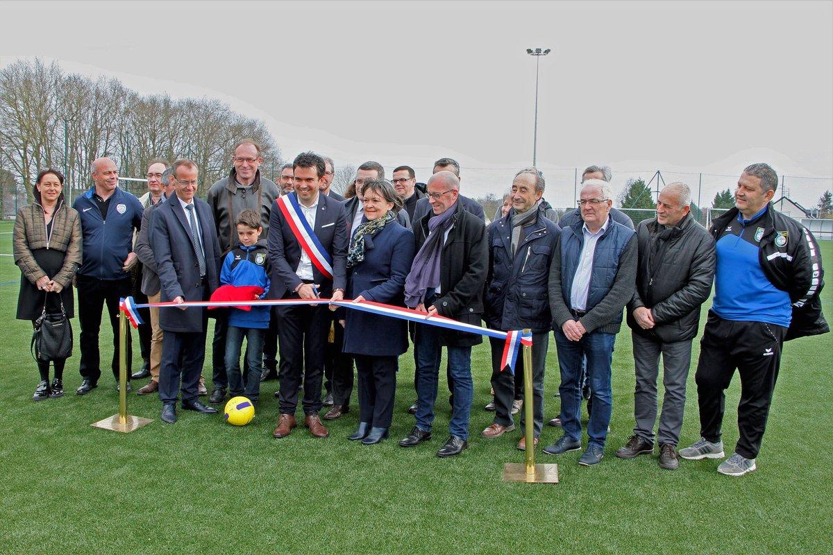 En présence de nombreux élus et représentants du monde sportif, le Maire de #MontreuilJuigne a inauguré le nouveau #terrainsynthetique co-financé avec la #Régionpaysdelaloire et la #fédérationfrançaisedefootball « Un projet concerté, de qualité et maîtrisé » #sport #engagement