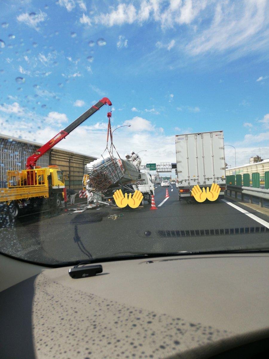 京葉道路で過積載のトラックが荷崩れしている画像
