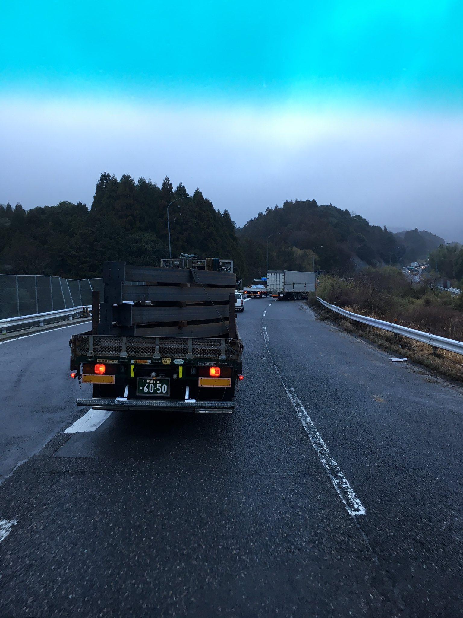 画像,はい今日も降雨時恒例、名阪国道事故渋滞でーす。下り天理方面、関TN抜けた下り込み右カーブで大型と乗用車2台?の事故。乗用車1台大破&大型車線逸脱の為、処…
