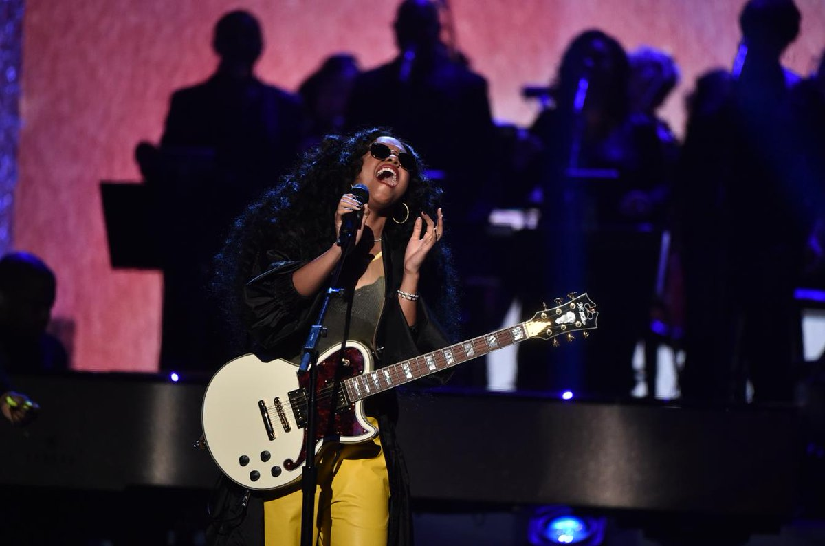 We&#39;re singing along with GRAMMY winner @HERMusicOffcial as she performs #ArethaFranklin&#39;s classic hit &quot;I Say A Little Prayer.&quot;   Join us by watching &quot;#Aretha! A GRAMMY Celebration For The Queen Of Soul&quot; on @CBS. #GRAMMYsAretha <br>http://pic.twitter.com/1BP0QxZfGC