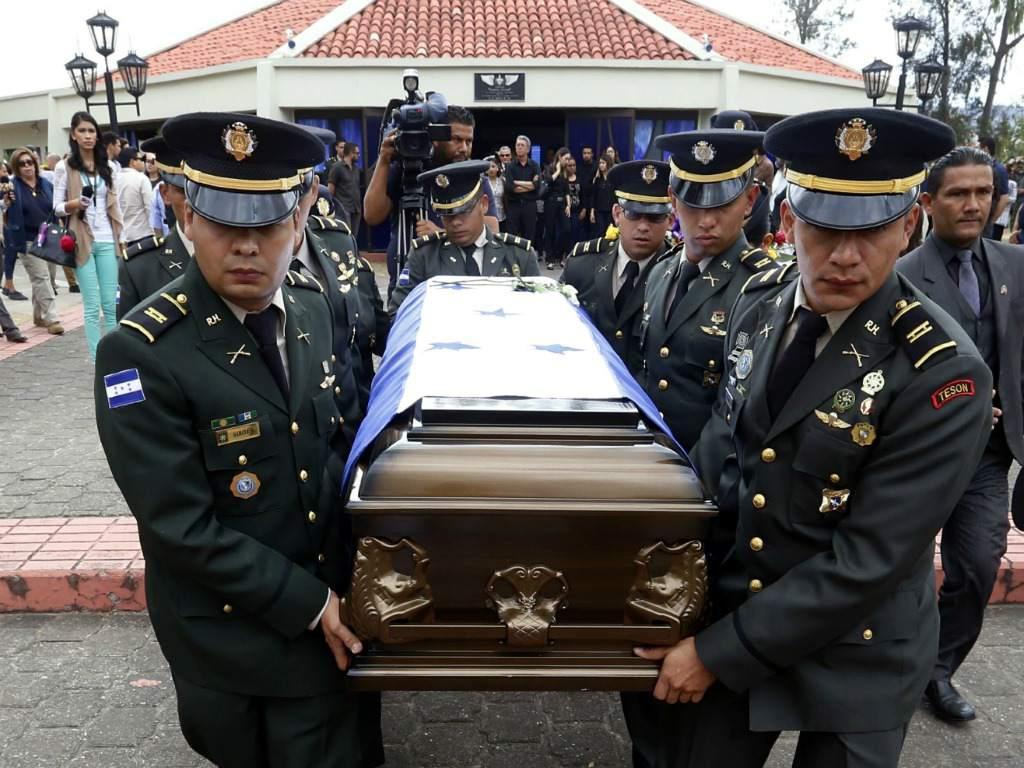La @FNAMP_Honduras recuerda este día al Teniente de Caballería Póstumo Gustavo Adolfo Zelaya Iscoa, quien murió el 11 de marzo del 2017 durante enfrentamiento con miembros de la banda #ElDiablillo en el barrio El Danto de #LaCeibapic.twitter.com/8m74bbSyGd