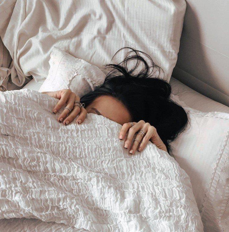 Картинки девушка в кровати со спины