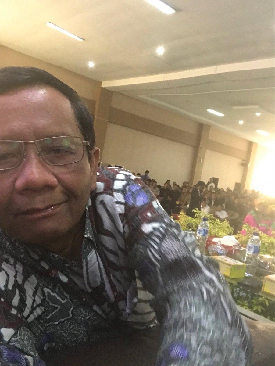 Acara Dialog Kebangsaan hr ini (19/3/19) berlangsung meriah di Aula Utama UIN Sumut, Medan. Kampus tdk blh dijadikan tempat kampanye, tp kami dari Gerakan Suluh Kebangsaan tetap berkampanye. Sebab kampanye kami bkn kampanye Pemilu 2019 tapi kampanye utk merawat NKRI yg berdaulat.