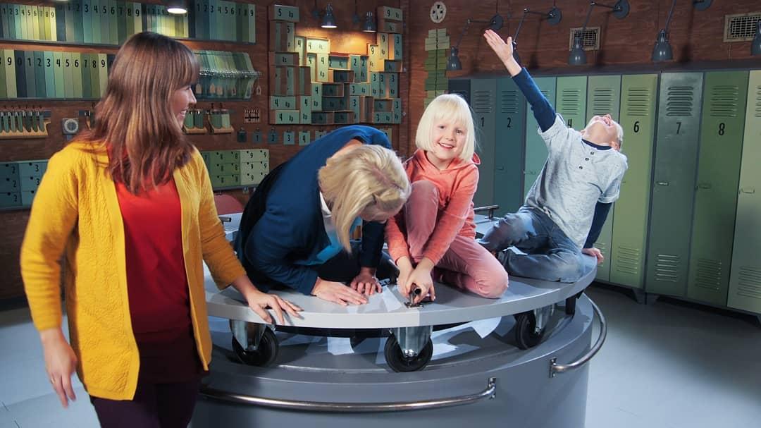 Tänään se alkaa! Pikku Kakkosessa Tiedonjyvä-ohjelmasarjan 2.tuotantokausi! 📺 Today it starts! 2nd. Season of Tiedonjyvä TV show! Näyttelijöinä / Actresses  @VartiainenJ & @AinoKuronen from  #KideScience 📸 #PikkuKakkonen #Tiedonjyvä