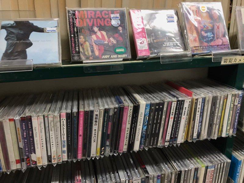RT @iwayosi: 先日キュウソネコカミのセイヤさんも来店した、釧路駅の中に有る古本屋、ブックス1/2が4月7日で閉店だそうです。本もCDも2品108円なので、皆さまもぜひ。もうすぐこの景色も見れなくなります。 https://t.co/KO8nBcBgOV