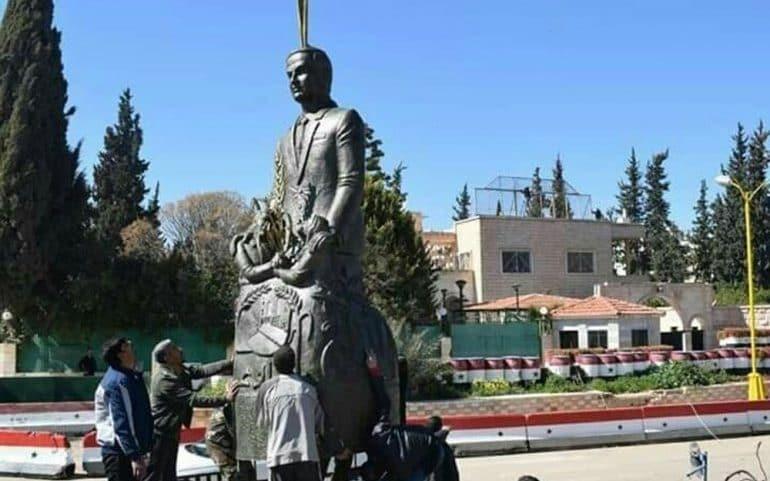 """Hafız Esat'ın yeni heykelinin dikildiği Rejim kontrolündeki 'iç savaşın fitilinin ateşlendiği' Deraa'da slogan: """"Ülkede taş üstünde taş kalmadı ve şimdi binalar yerine anıtlarımız var"""" Rejim kontrolünde REJİM bu cümlelerle protesto ediliyorsa, kırılganlık hala çok büyük demektir."""