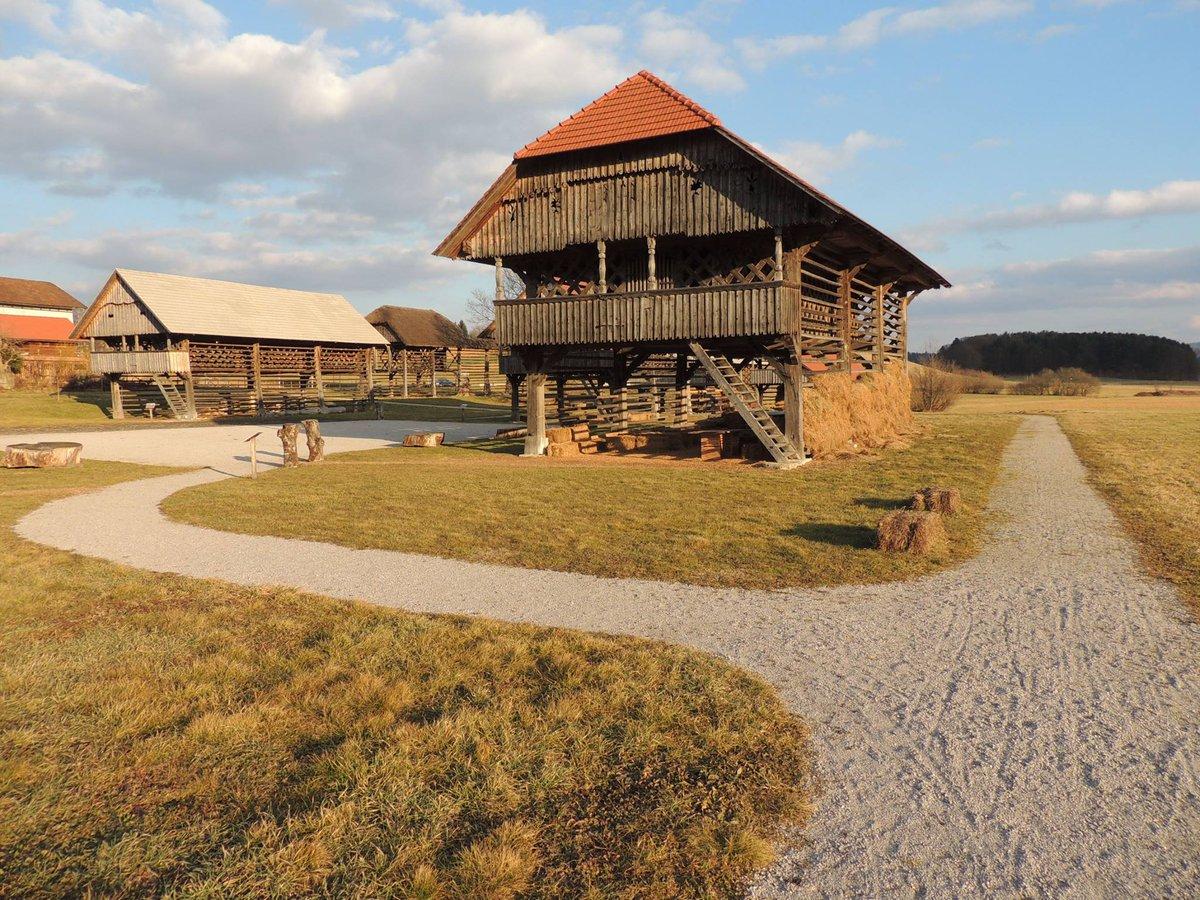 Heeeej!💛En sončen pozdrav vam pošiljamo iz Dežele kozolcev in vam prišepnemo, da se bo v prihodnjih mesecih marsikaj luštnega dogajalo. 🌞🎈 #dezelakozolcevsentrupert #landofhayracks #openairmuseum #kampadanes #nasvetzaizlet #visitdolenjska #ifeelslovenia #slovenia