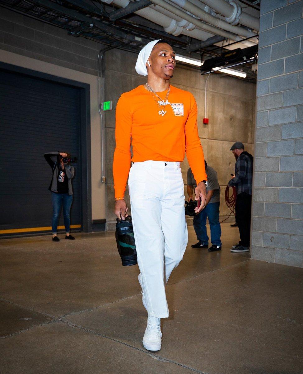 🔥👟 Russell #Westbrook 🔥👟 . ¡Brillante! El armador de OKC en su llegada a #Utah donde salieron victoriosos. #FashionKing 👑 #ootd 🤳🏼 #SportologyMag 🕶