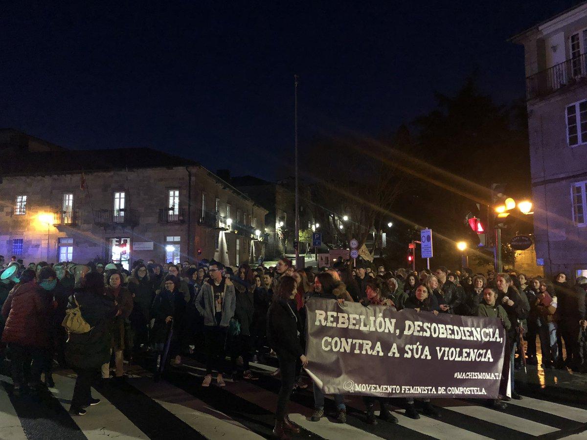 Concentración na Porta do Camiño en Compostela en contra da violencia machista. Somos o berro das que non teñen voz! #NinUnhaMenos #NinUnPasoAtrás #QuerémonosVivas