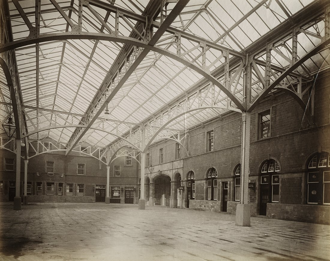 D1hLWsIWoAARFi8 - Marylebone station's anniversary