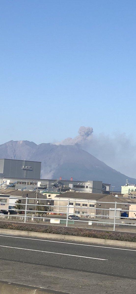 桜島噴火してる 大丈夫なのかな? 硫黄の匂いがする