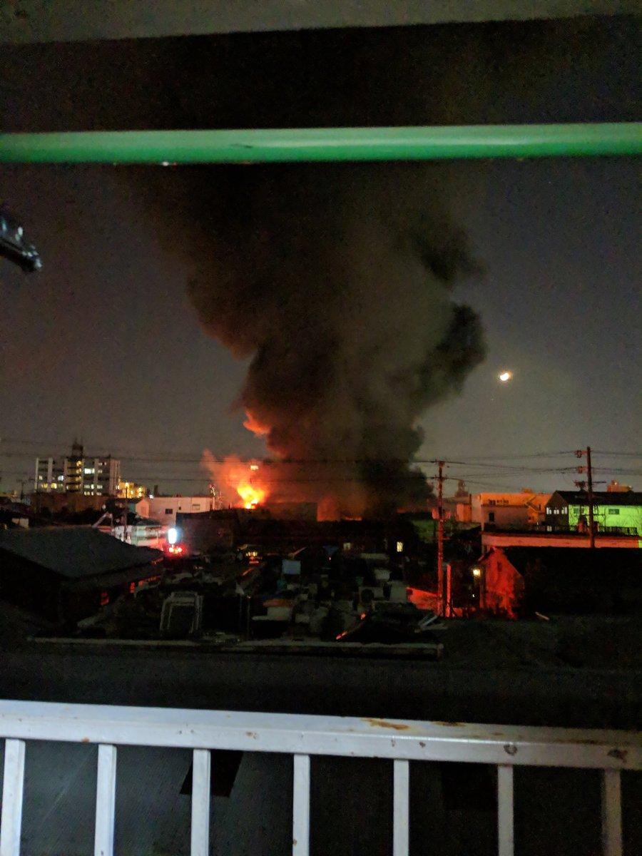 東大阪市寿町3丁目の建物で火事が起きている現場画像