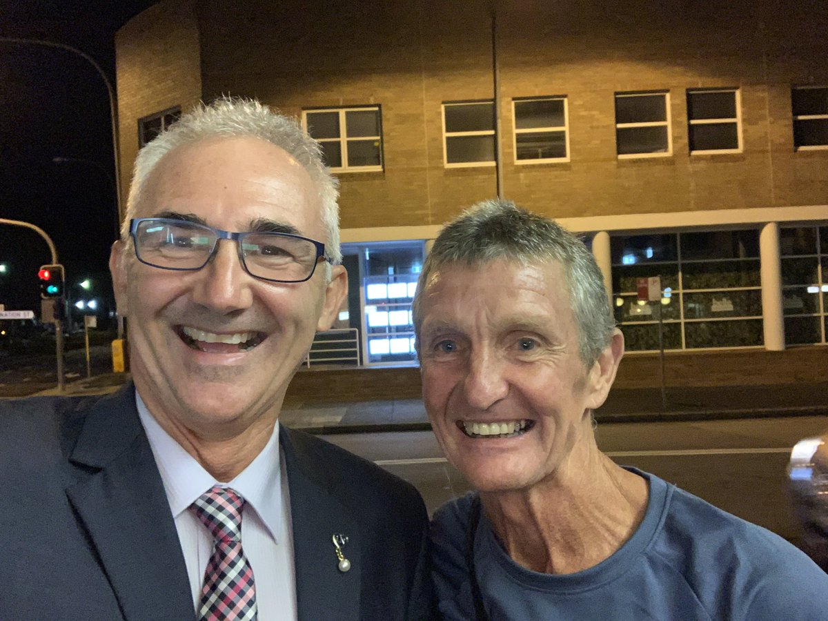 For my running friends. Guess who I ran into in #Hornsby tonight What a legend  - three time Six Foot Track race winner. #SixFootTrackRace #SixFootTrack. pic.twitter.com/xz0xAYHphS