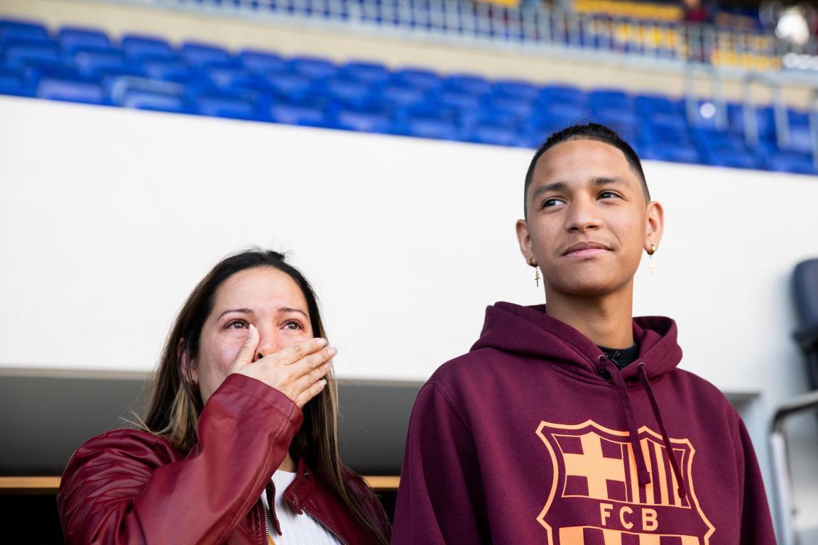De los cerca de 100.000 espectadores que esta noche llenarán el Camp Nou hay uno que vivirá el partido de Champions de una manera muy especial. Será su primer partido en el estadio, una experiencia que hace más de un año no entraba en sus planes. 👇 HILO 👇