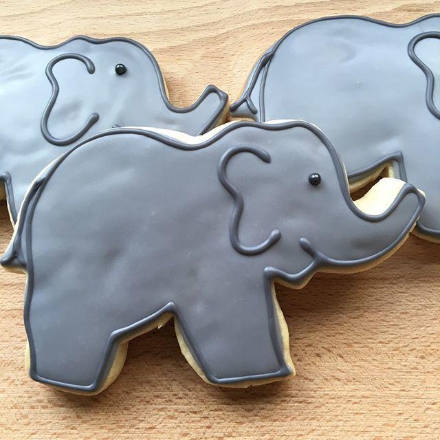 These sweet #luckyelephants were part of a celebration welcoming a new #babyboy! . . #babyshowerfavors #babyshower #elephant #elephantbabyshower #customcookiescville #customcookies #customcookiefavors #cookiefavors #cvillecookies #onecreativecookie https://ift.tt/2HnHWOHpic.twitter.com/oq7Dn5RSoV