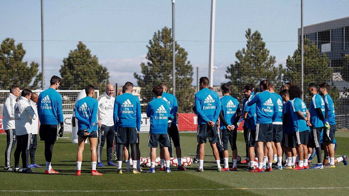 ☝⚽ ¡Zidane está dirigiendo el primer entrenamiento tras su regreso como técnico del @realmadrid! #RMCity