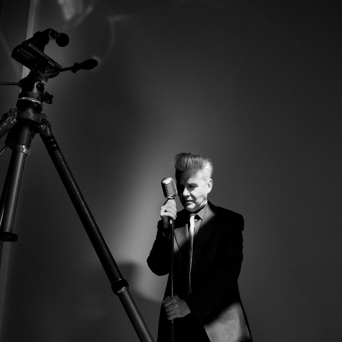 """test Twitter Media - En shock después de la sesión el lunes pasado en el estudio de Antonio Alay, haciendo fotos y algunos planos en video para mi próximo álbum, """"Tiempos Traidores"""". El material que de este acto creativo va a salir es arrebatador e impactante. @rutaalrock @Rockandsunday @guiadelrock https://t.co/IQYnK3k9jF"""