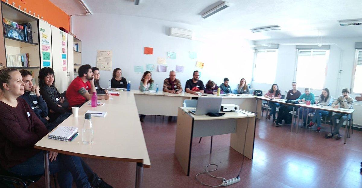 """Os dejamos imagen de otro curso de formación en el que estamos hoy con  @FundlaCaixa y @FadJuventud para la prevención de adiciones """"Pasa La Vida"""" #CaixaProinfancia"""