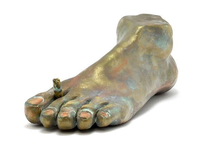 Don't miss this work by #NicolaFacchini exhibited in the show #SenzaTema at @galleria_massimodeluca. The show is https://t.co/H4O3EcXPym #DanieleCapra @la.poltrona.viola #SbronziInCocci #ceramic #sculpture #foot https://t.co/nJkfif0kNz