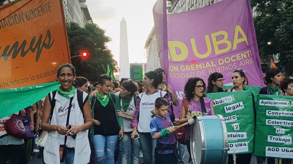Snapped this in Buenos Aires last Friday, during the 8M Women&#39;s March. #NiUnaMenos #AbortoLegalYa <br>http://pic.twitter.com/8Ed6VrkzGL