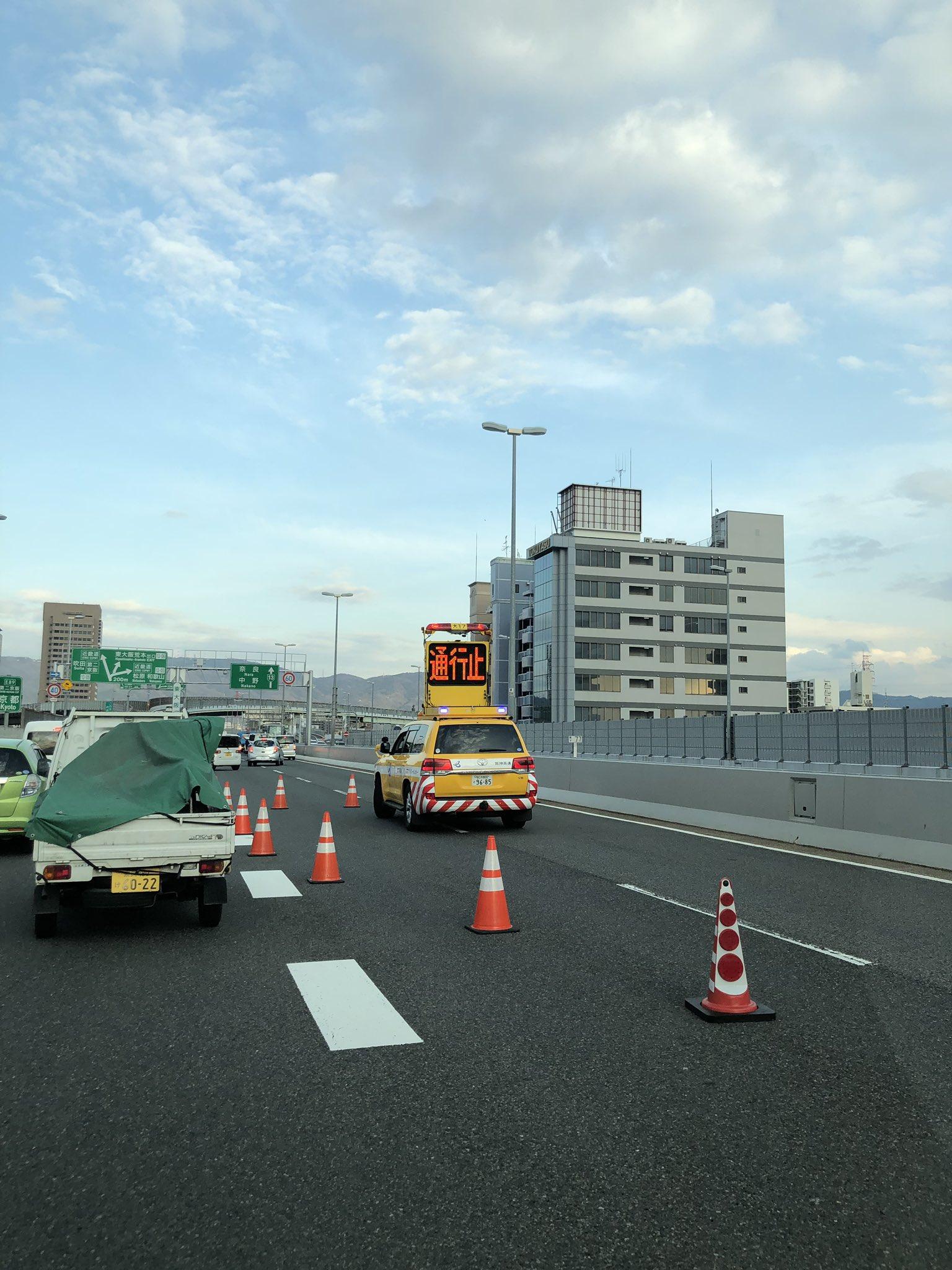 画像,阪神高速通行止めバックさせて1台ずつ救出してる、、、 https://t.co/lNLRH4Wwam。