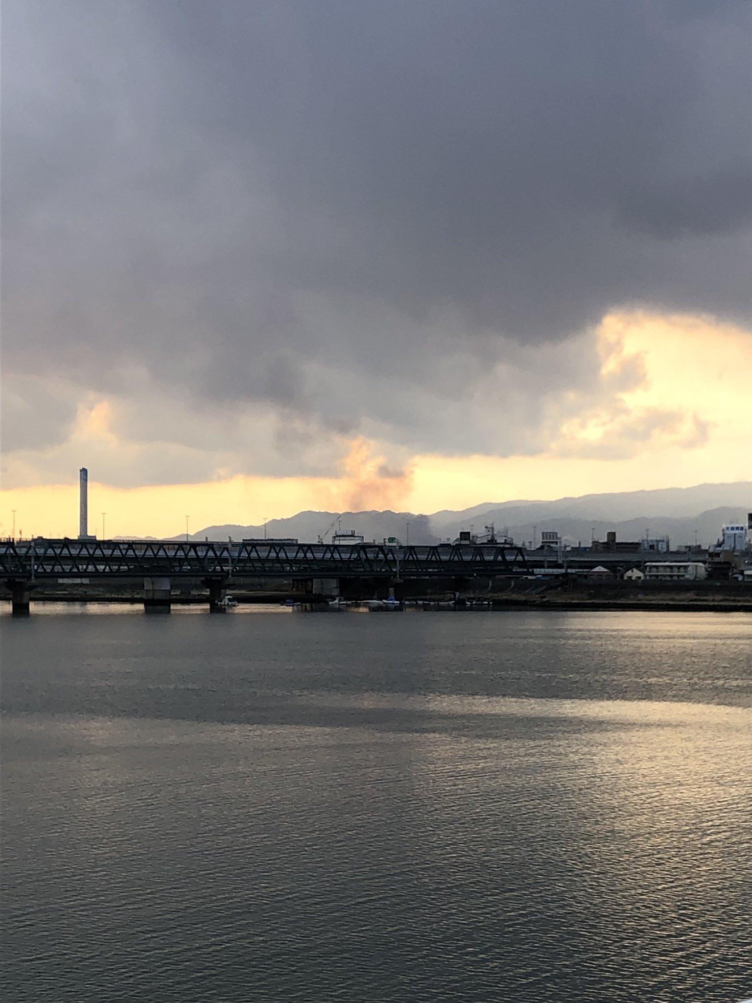 画像,姫島らへんで火事みたい。なんか煙ったい臭いがするなって思ってて、しかもヘリが飛びよるけどこやろ思ったら。淀川を越えて此花区まで煙の臭いが来てる。 https:/…