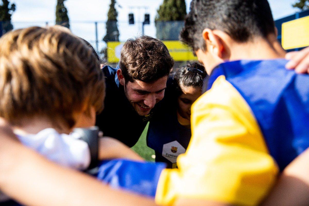 Estas #CruyffCourts son el espacio perfecto para que los niños puedan jugar seguros. Un lugar donde practicar el estilo Barça en la calle ❤💙⚽️ #CreatingSpace