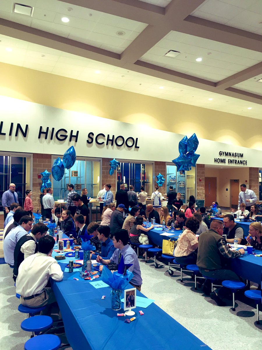 Wrestling banquet full of food and nobody (almost nobody) has to make weight?  #family🐻#chowdown!😅 @OBHSWrestling  @Coach_Heff  @Berlin_Bears_FB  @BerlinStrength  @BerlinBearsAD