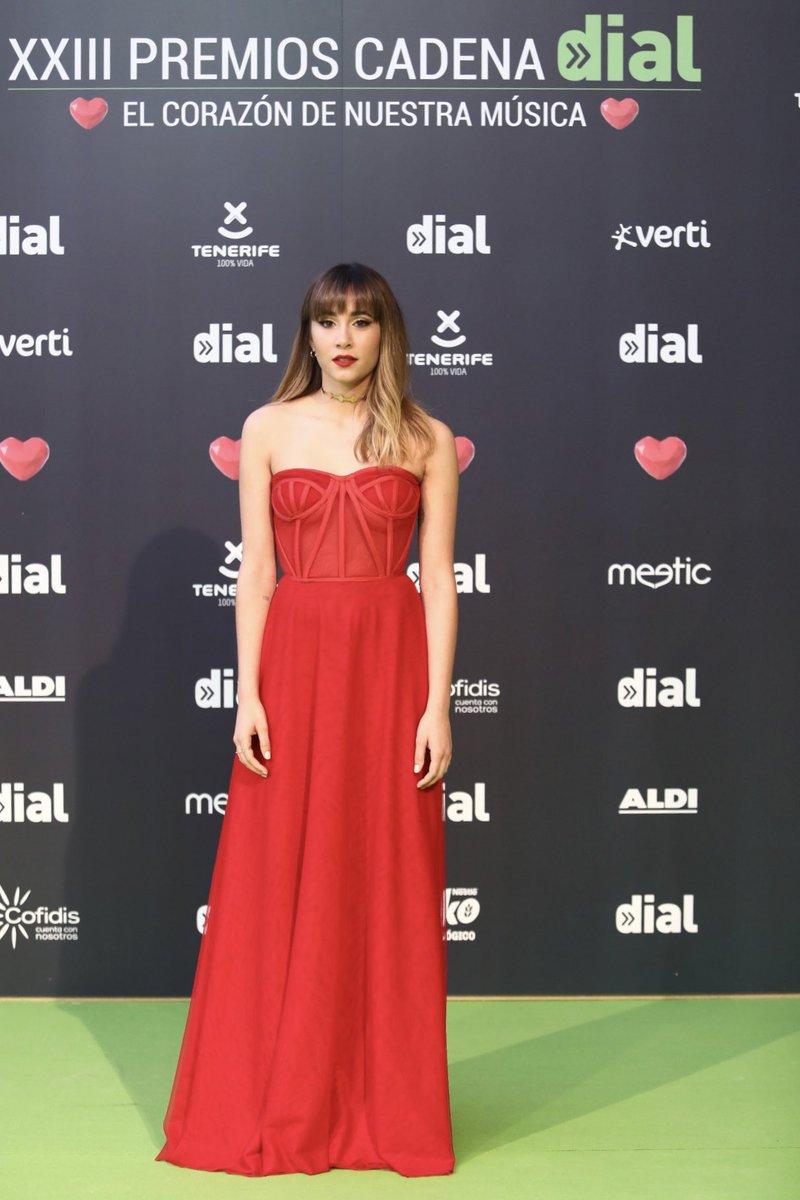 ES-PE-CTA-CU-LAR ✨ Vestidazo rojo el que ha elegido @Aitanax para esta edición de los #premiosDIAL 💚 ¿Qué os parece? #ElCorazonDeNuestraMusica