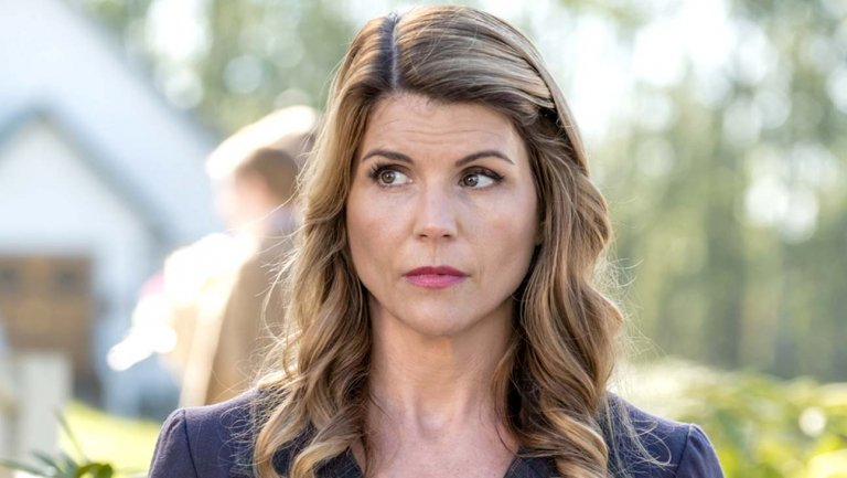 Lori Loughlin loses Hallmark Channel roles after #CollegeCheatingScandal indictment https://t.co/dps2Iozb8Q https://t.co/Az78jPqTAO