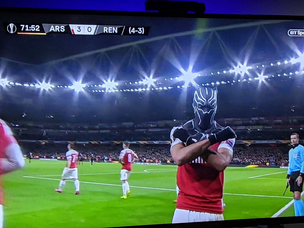 Well that&#39;s one way to celebrate a goal.... #Aubameyang #ARSREN <br>http://pic.twitter.com/PSdwQOIgW6