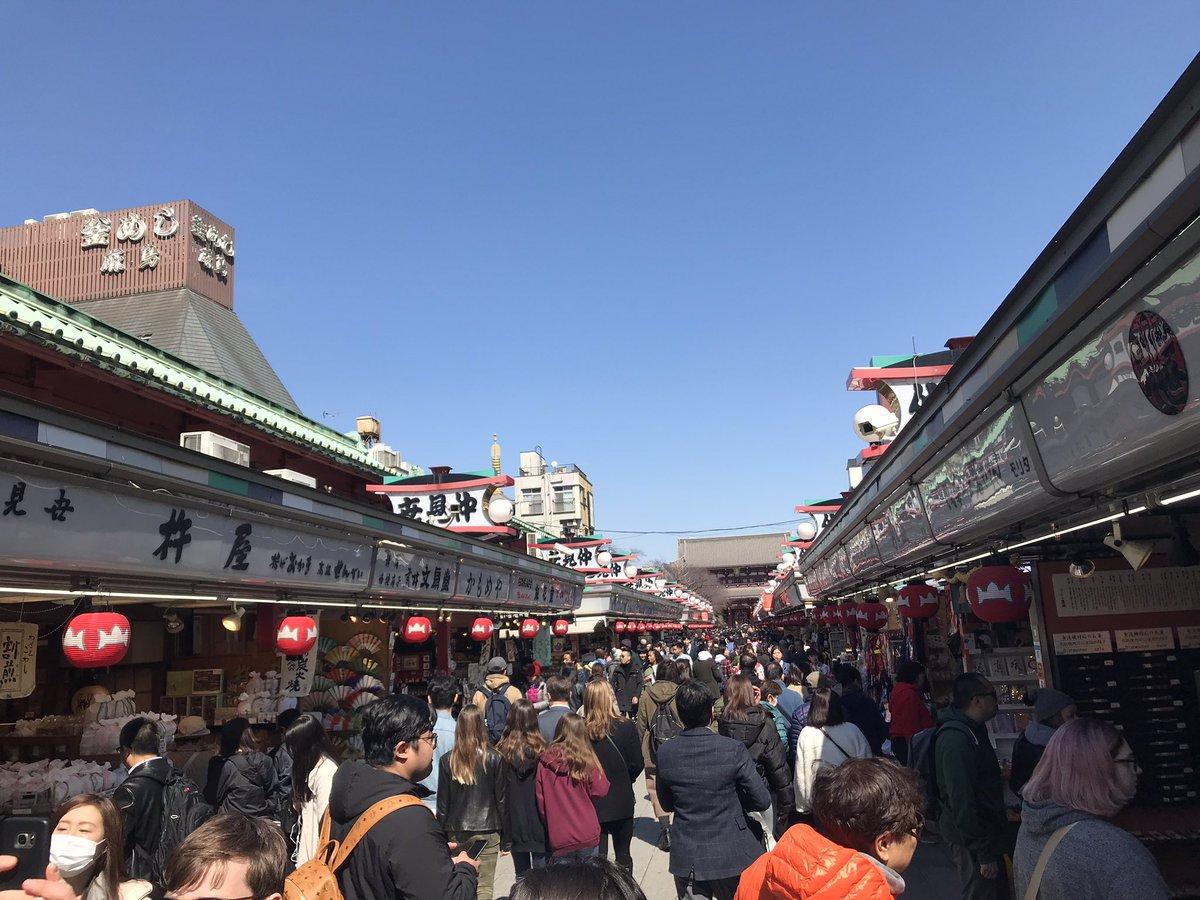 Jour 1 : visite dAsakusa, avec son allée de commerces traditionnels (les prix n'étaient clairement pas traditionnels par contre) qui rejoins le temple.