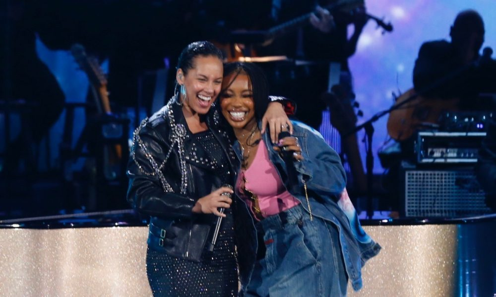 """New Performance: @AliciaKeys &amp; @sza Perform in CBS's """"Aretha! A Grammy Celebration for the Queen of Soul"""" #AliciaKeys #SZA #arethatribute #ArethaFranklin  http://www. lovethistrack.com/new-performanc e-alicia-keys-sza-perform-in-cbss-aretha-a-grammy-celebration-for-the-queen-of-soul/ &nbsp; … <br>http://pic.twitter.com/MGk1E1raJs"""
