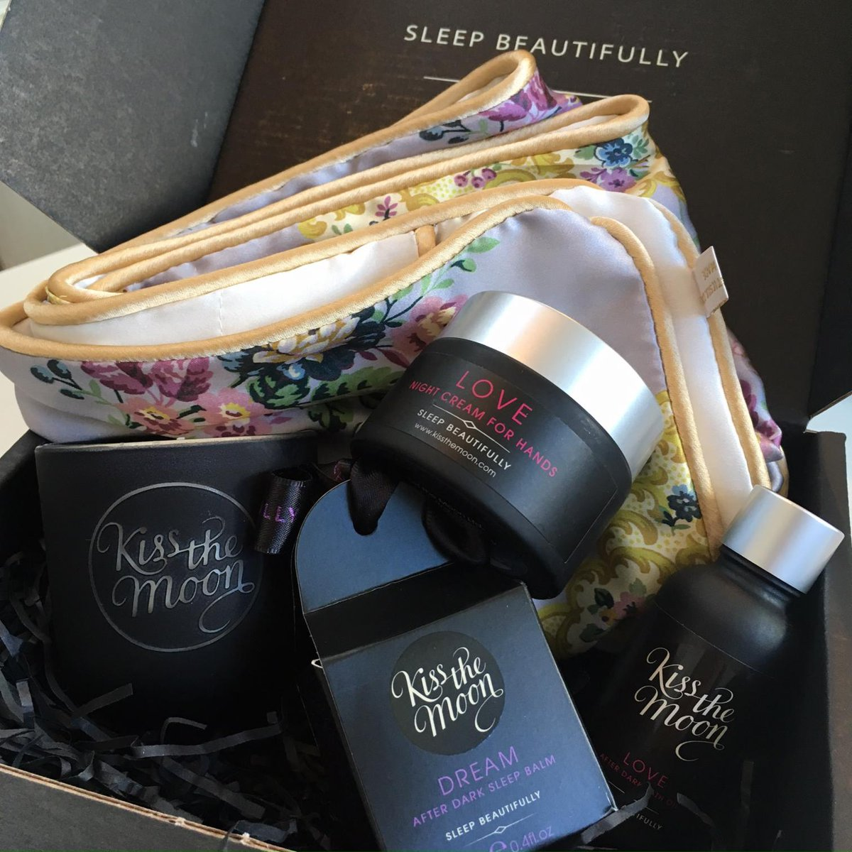 Celebrate #Worldsleepday with us and enter to #WIN a FLORUS LIBERTY PRINT MULBERRY SILK PILLOWCASE from @holisticsilk and from @kissthemoonxx a PEACE candle, a DREAM sleepbalm, a LOVE hand cream and bath oil.  #Like #Follow #Tag #RT both. #WorldSleep2019 #giveaway Ends 24/03/19<br>http://pic.twitter.com/Hz8TwlM9aZ