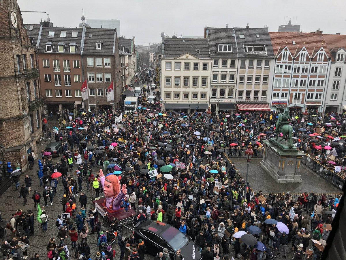 Der Marktplatz ist brechend voll! Vor dem Rathaus haben sich zahlreiche Schüler*innen zum #fridaysforfuture versammelt. Mit dabei: Der @GretaThunberg-Mottowagen von Jacques #Tilly.