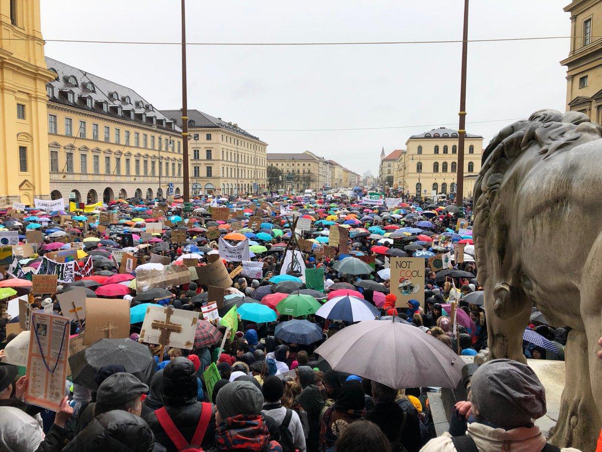 BR24's photo on Tausende Schüler