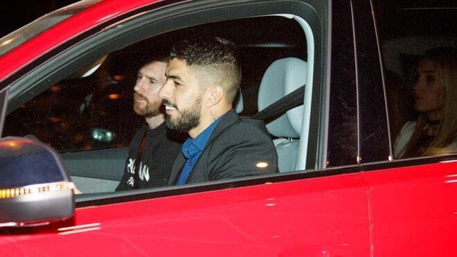 Suarez made his own wife sit at the backseat just because Messi was riding along with him 😂😂