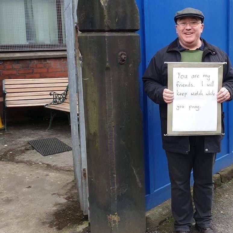 """Aujourd'hui devant une mosquée de Manchester en Angleterre :   """" Vous êtes mes amis. Je veille sur vous pendant que vous priez """""""