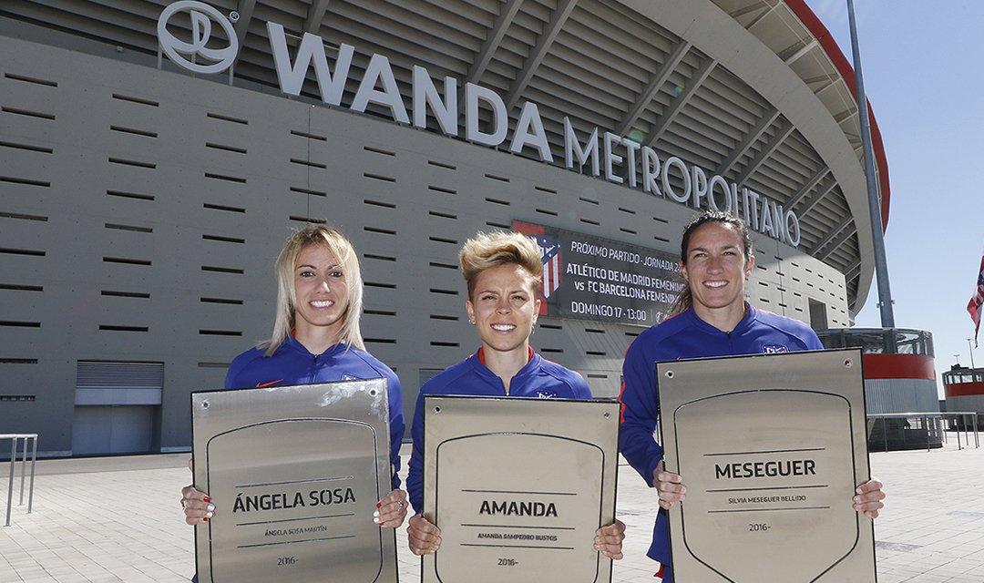 🏧 @Amanda10sb, @meseguer15 y @Angela_Sosa_10 ya tienen su placa en el Wanda @Metropolitano 🔴⚪🔴 Nuestras jugadoras ya han vestido nuestra camiseta en 100 partidos💪 ¡Enhorabuena! 👏 👉 http://ow.ly/qdnl30o3RbR #AúpaAtleti