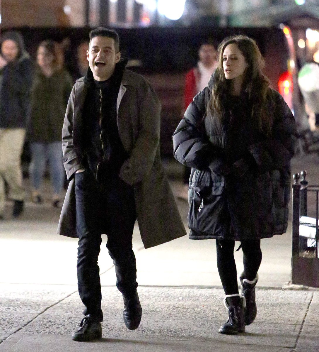 And with the hoodie off &amp; Elliot&#39;s hair is officially back!!! @ItsRamiMalek &amp; @carlychaikin filming last night (March 14). #MrRobot<br>http://pic.twitter.com/8TDGNRQDJi