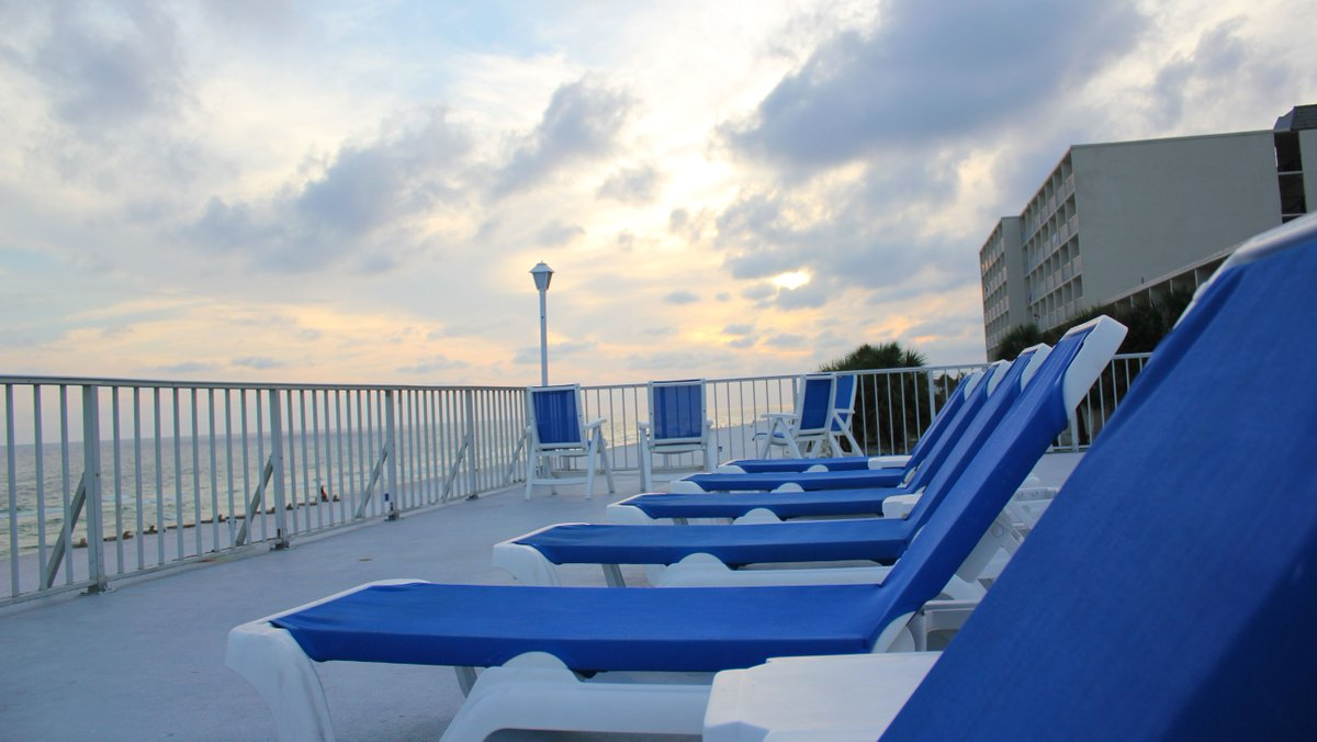 Want a picturesque beach view? Just come out to our pool deck.   #PanamaCityBeach #RealFunBeach<br>http://pic.twitter.com/FathL6xIP8