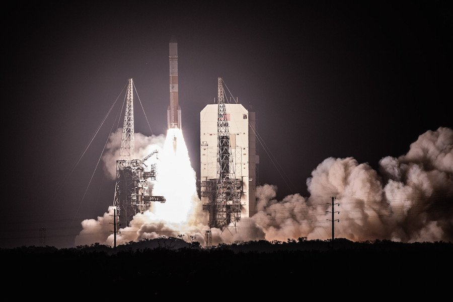 Here's a picture from @scriptunasphoto showing the Delta 4 rocket climbing away from its launch pad tonight. https://spaceflightnow.com/2019/03/15/delta-383-mission-status-center/…