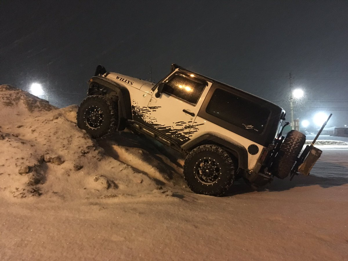 &quot;But that&#39;s how they parked it in the commercial!&quot; @Jeep #Snowmageddon @CityOfTimmins #LOL<br>http://pic.twitter.com/EictkATX92
